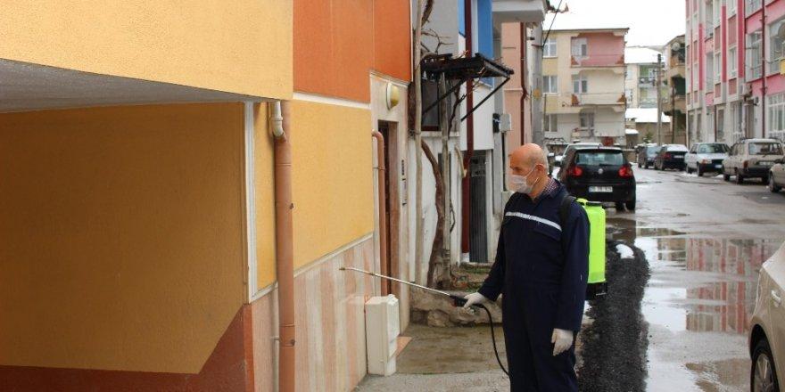 Karamanlı muhtar, mahallesini dezenfekte etti