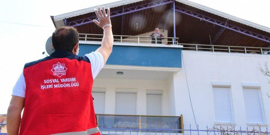 Aksaray Belediyesi evden çıkamayanların temel ihtiyaçlarını karşılıyor