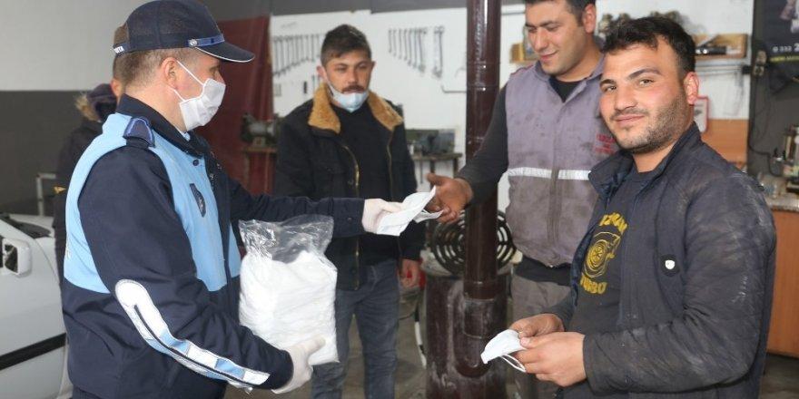 Karaman Belediyesi, sanayi esnafına maske dağıttı