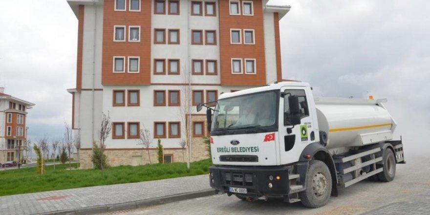 Ereğli Belediyesi caddeleri dezenfekte ediyor