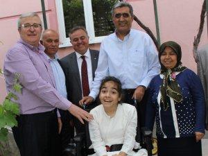 Engelli kız çocuğuna akülü araç
