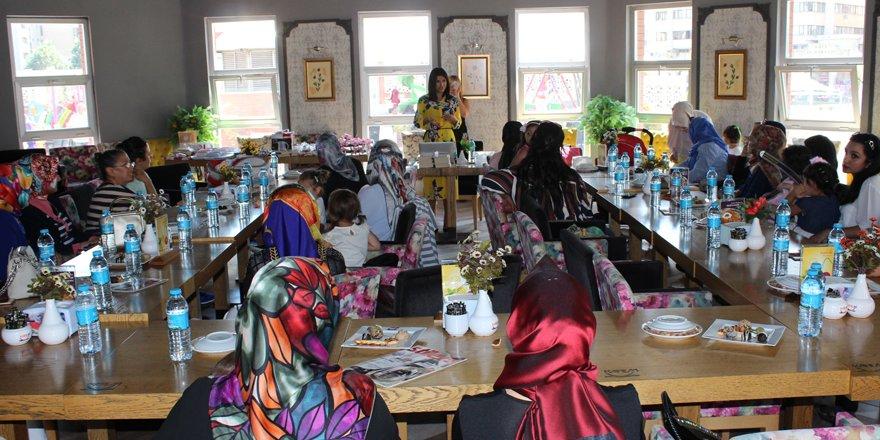 Canan Çam'dan annelere seminer