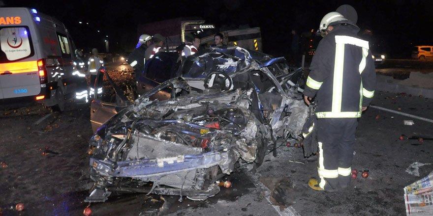 Kamyon otomobile çarptı: 2 ölü 1 yaralı
