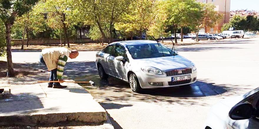 Uyarılara rağmen tatlı su çeşmesinde arabasını yıkadı
