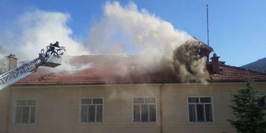 Kız öğrenci yurdu binası çatısında yangın