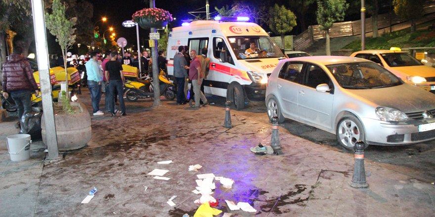 Önünü kesen şahıslara para vermediği için bıçaklanan genç, hayatını kaybetti