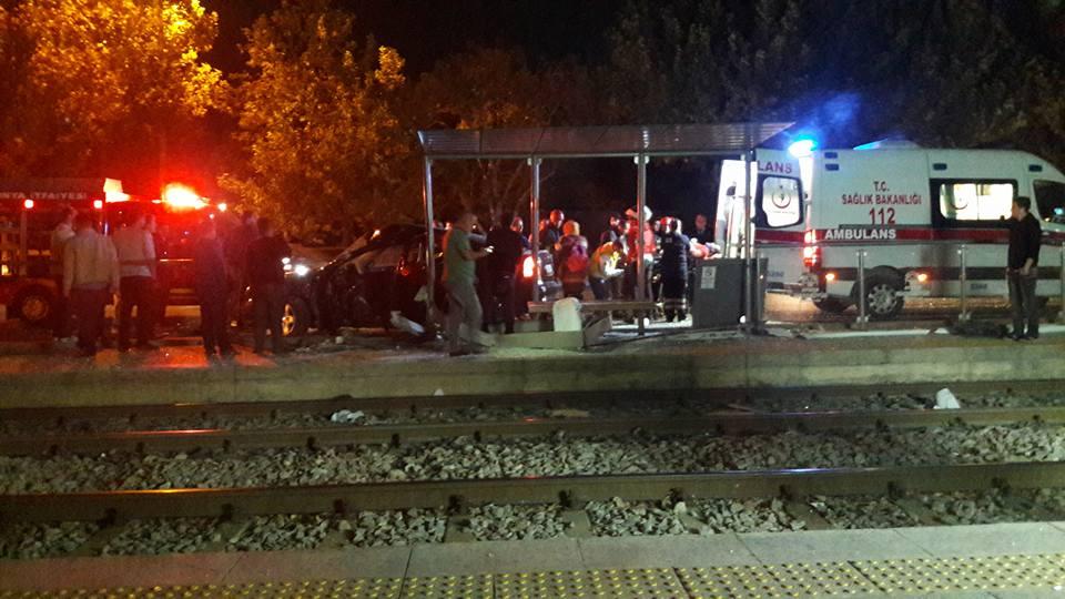 Otomobil tramvay durağına çarptı:1 yaralı