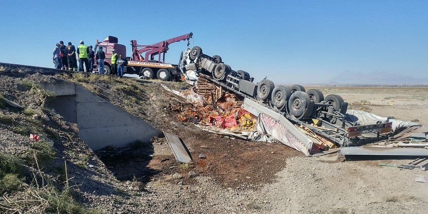 Konya'da devrilen tırın sürücüsü öldü