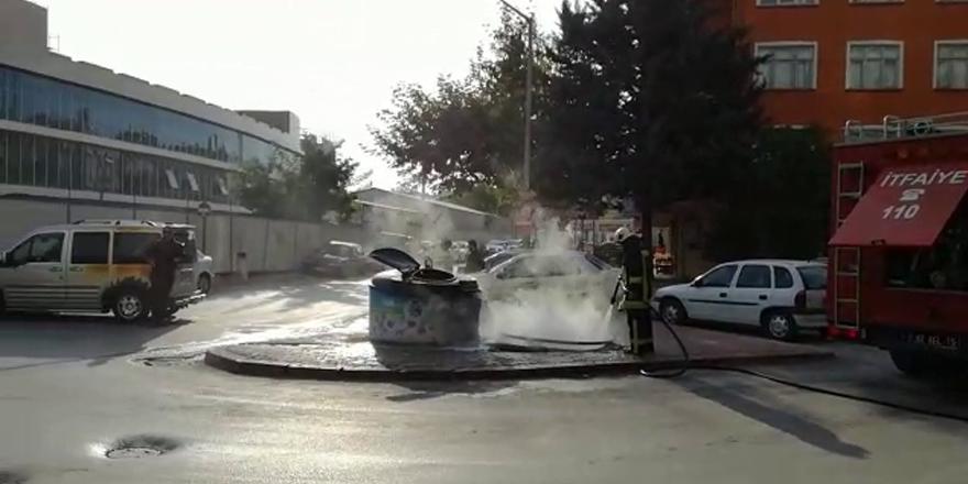 Çöpteki yangın iki aracı yaktı