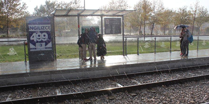Tramvay durağındaki yolcular çileden çıktı