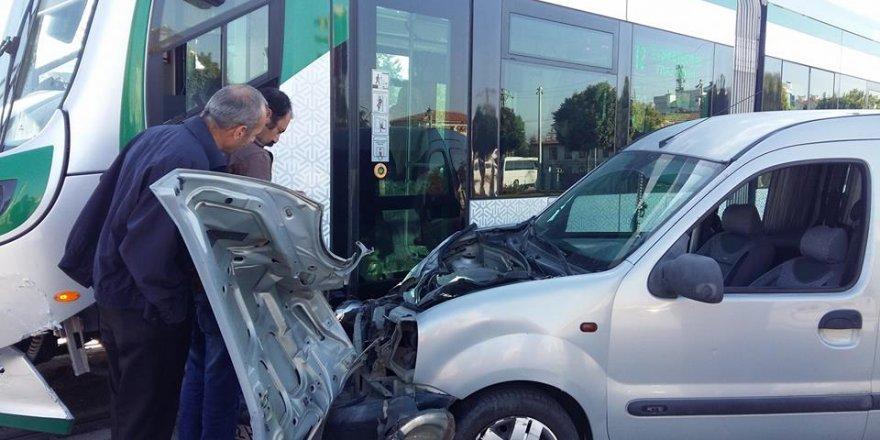 Ticari araç tramvaya çarptı yolcular mağdur oldu