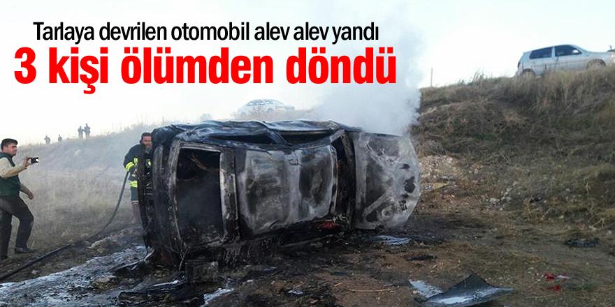 Tarlaya devrilen otomobil alev alev yandı