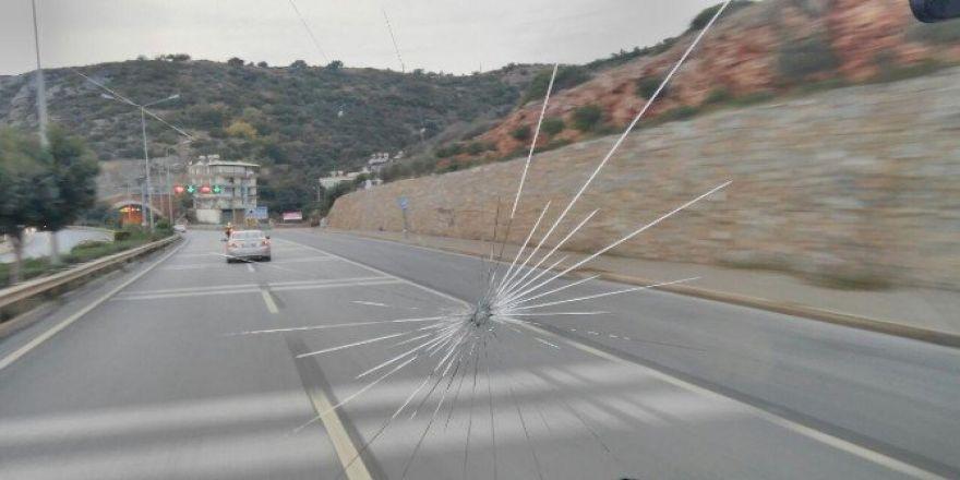 Konyaspor takım otobüsü Alanya'da taşlandı