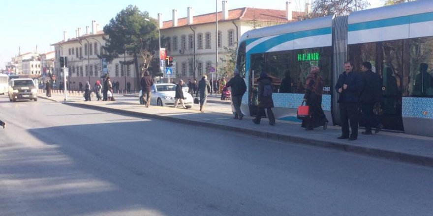 Tramvay yoluna giren BMW'li şaşırttı