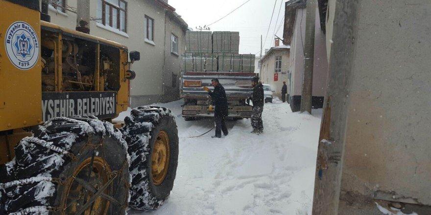 Karda mağdur olan sürücülerin yardıma Beyşehir Belediyesi ekipleri yetişti