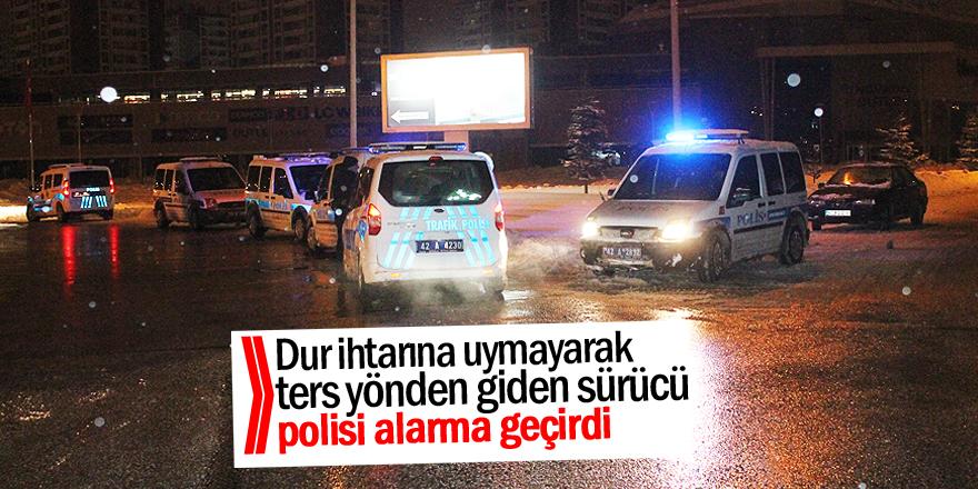 Dur ihtarına uymayarak ters yönden giden sürücü polisi alarma geçirdi