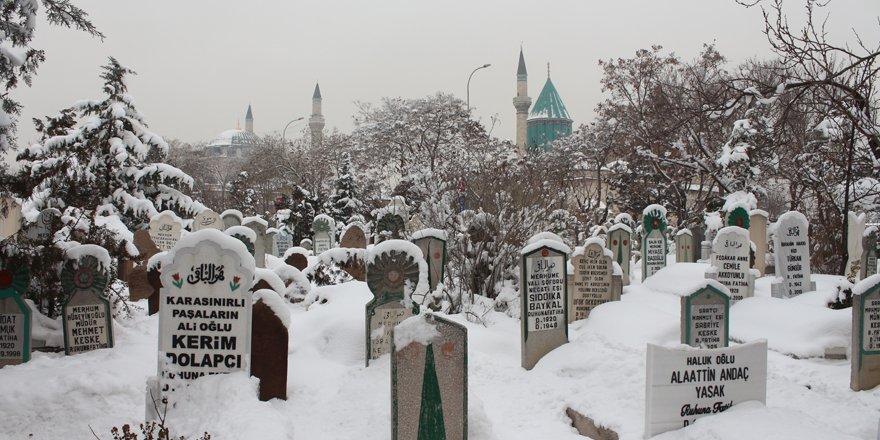 Kar örtüsü Üçler Mezarlığı'na çok yakıştı