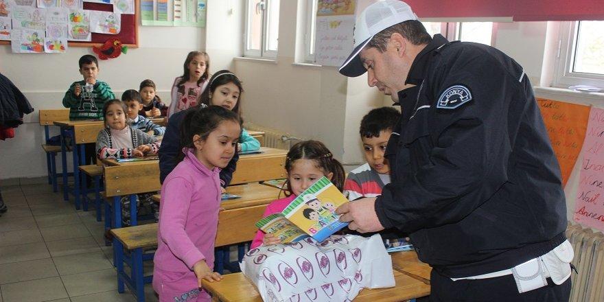 Polisten öğrencilere hediye