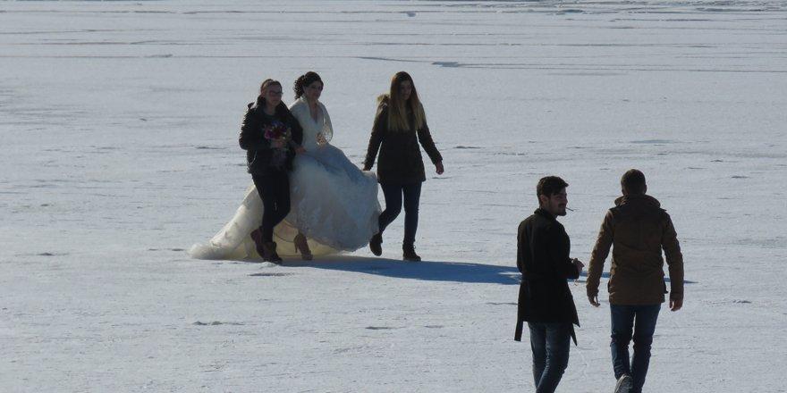 Donmuş gölde beyaz gelinliğiyle yürüdü