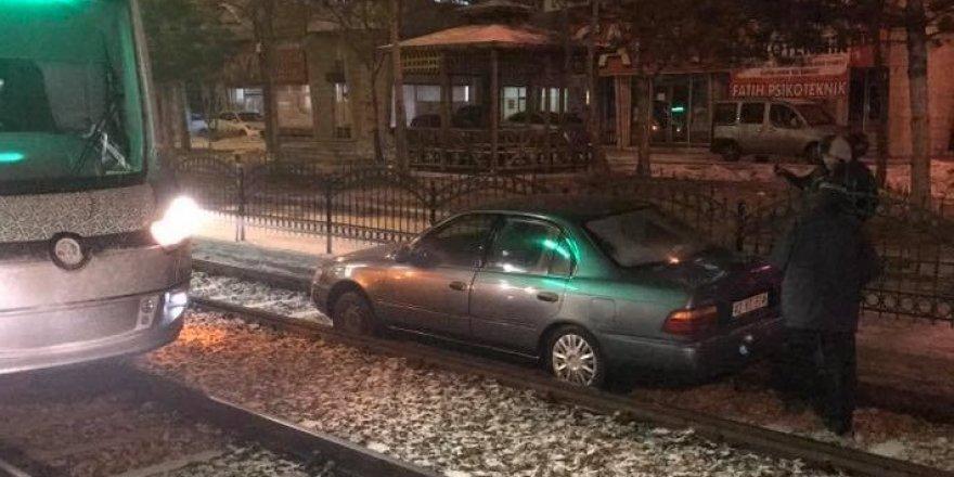 Raylarda ilerleyen otomobil tramvay seferlerini aksattı