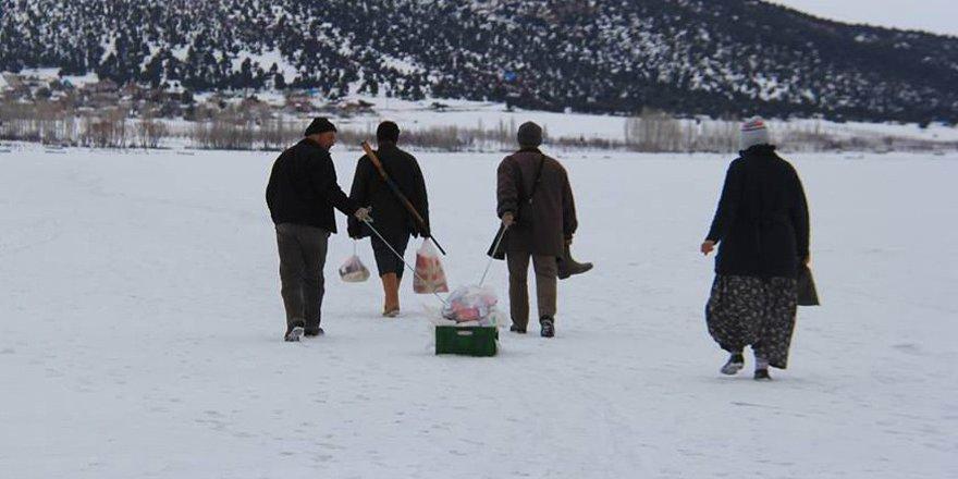 Göl üzerindeki adaya yürüyerek gidiyorlar