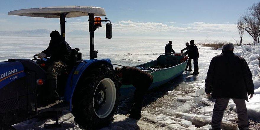 Beyşehirli balıkçılar donun çözülmesini bekliyor