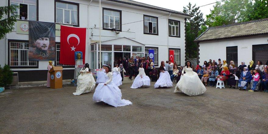 Engelli kızlar sergi açılışında gelinlik giydi