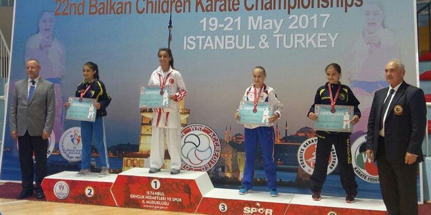 Minik güreşçi Öztürk Türkiye şampiyonu