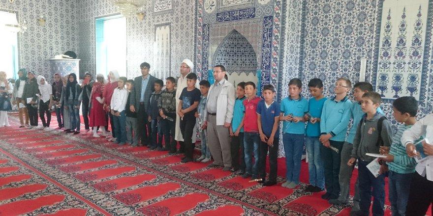 Kur'an kursunu bitirenlere belgeleri verildi