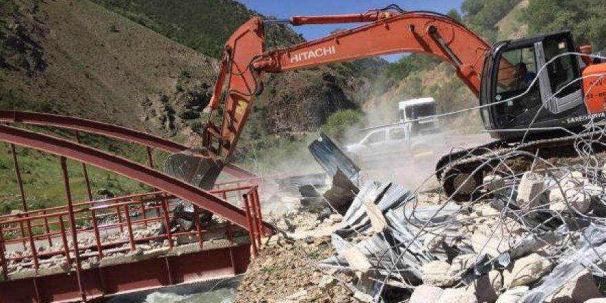 Van'da PKK'nın köprüsü yıkıldı