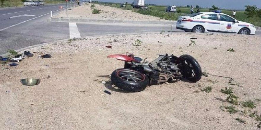 Motosiklet, Traktöre Çarptı; 1 Ölü, 1 Yaralı