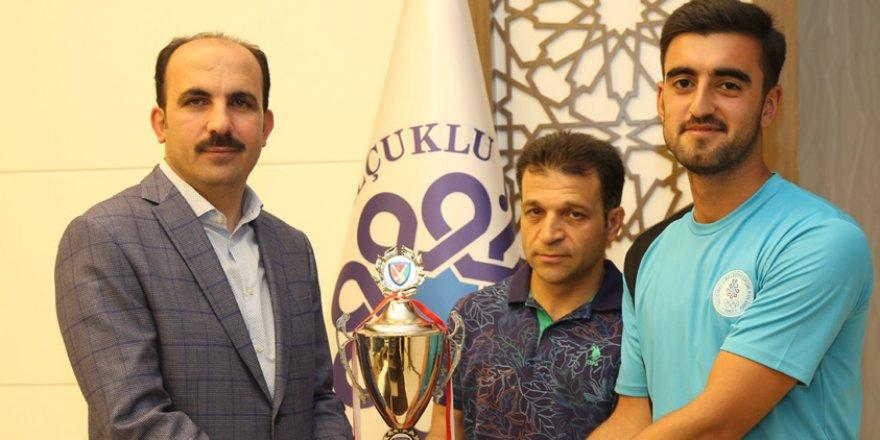 Hokeyciler kupayı başkan Altay'a getirdi