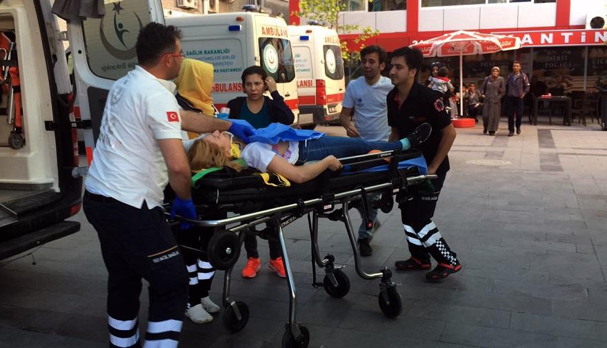 Kavga sırasında yoldan geçen 2 kişi yaralandı