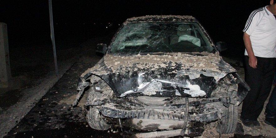 Otomobil kum yığınına çarptı: 7 yaralı