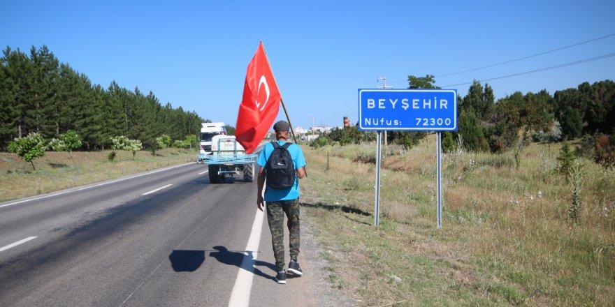 63 yaşındaki adam elinde Türk bayrağıyla Ankara'ya yürüyor