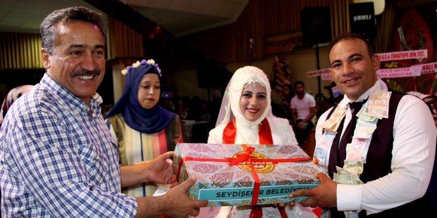 Seydişehir Belediyesinden evlenen çiftlere hediye