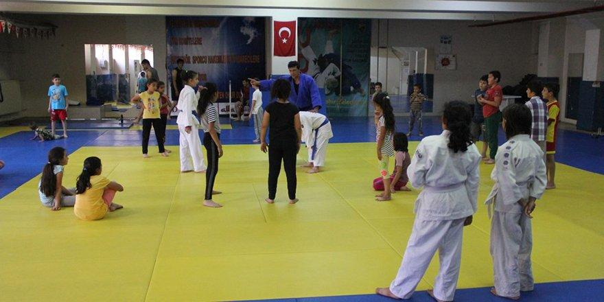 Yaz spor okullarında judo çalışmaları sürüyor