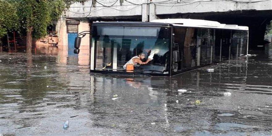 Sağanak ve fırtına İstanbul'u vurdu