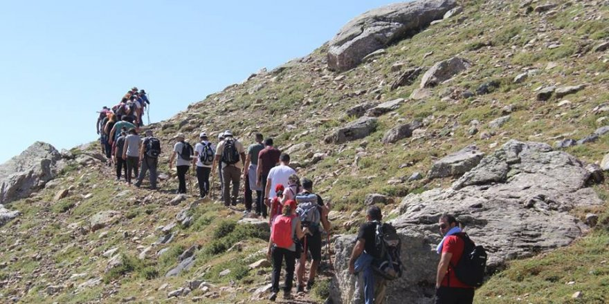 Beyşehir'de doğaseverler Karagöl'e tırmandı