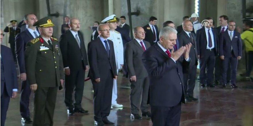 Başbakan saygı duruşunda Fatiha okudu