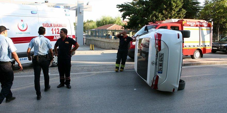 Yan yatan otomobil Meram Yeniyol'u kapattı