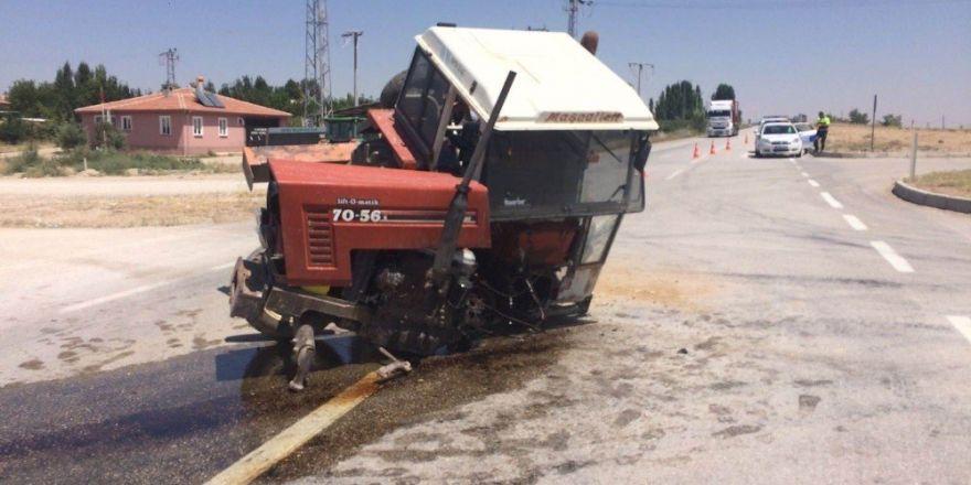 Otomobille çarpışan traktör ikiye bölündü: 2 yaralı