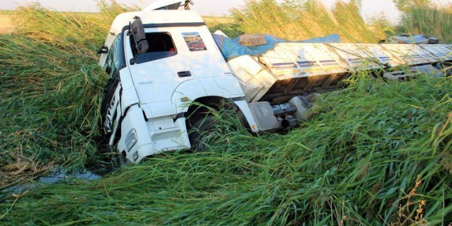 Sürücü uyudu tır kanala düştü: 1 yaralı