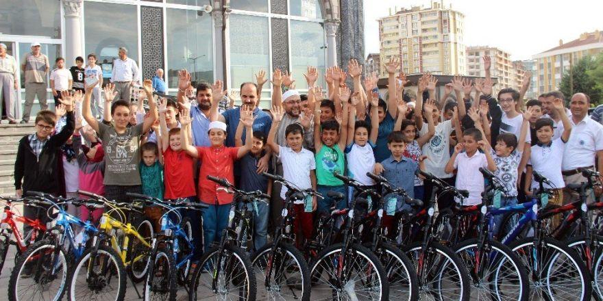 Camiye giden bin 800 çocuğa bisiklet