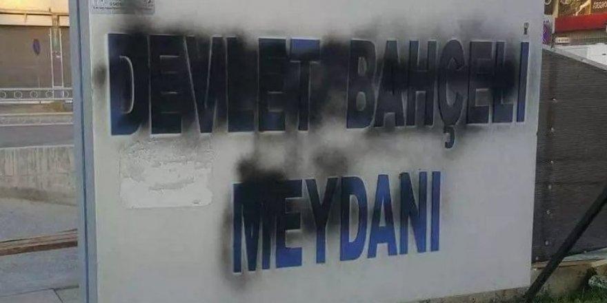 'Devlet Bahçeli Meydanı' tabelasına saldırı