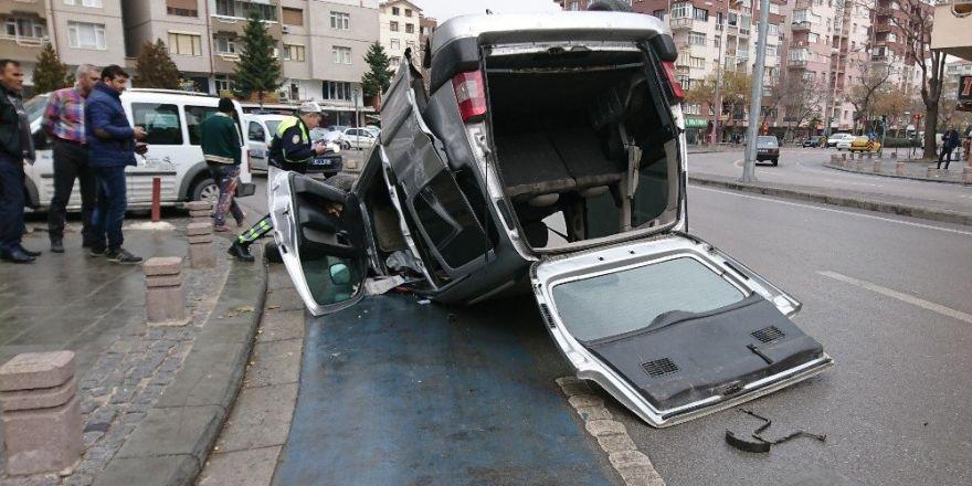 Aracın altında kalmaktan kıl payı kurtuldular
