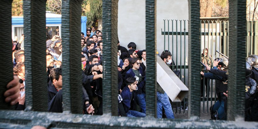 İran'daki protesto gösterilerinde ölenlerin sayısı 12'ye yükseldi