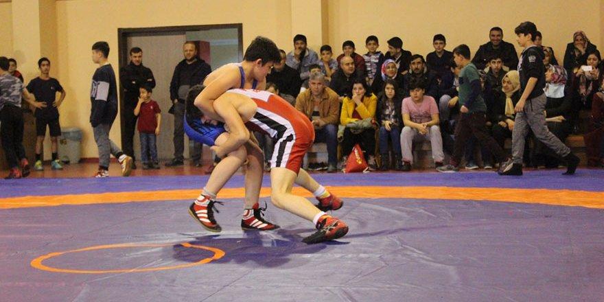 Güreşçiler okulları için yarıştı