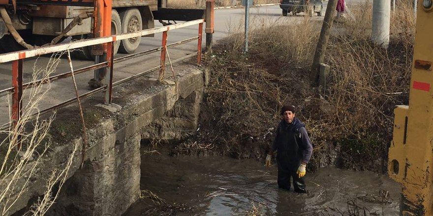 Seydişehir Belediyesi ekiplerinden kanal temizlik çalışması