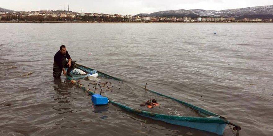 Şiddetli fırtına, göl kıyısındaki balıkçı teknesini batırdı
